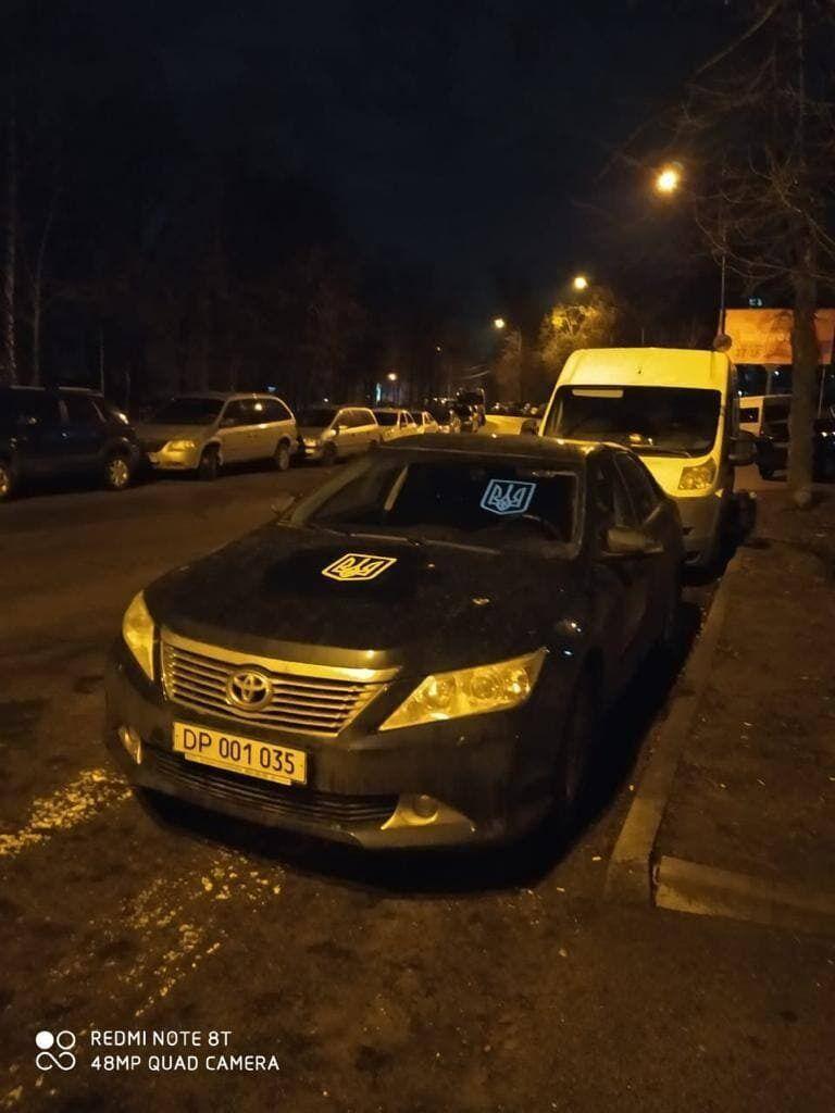 Авто российских дипломатов украсили украинскими трезубцами