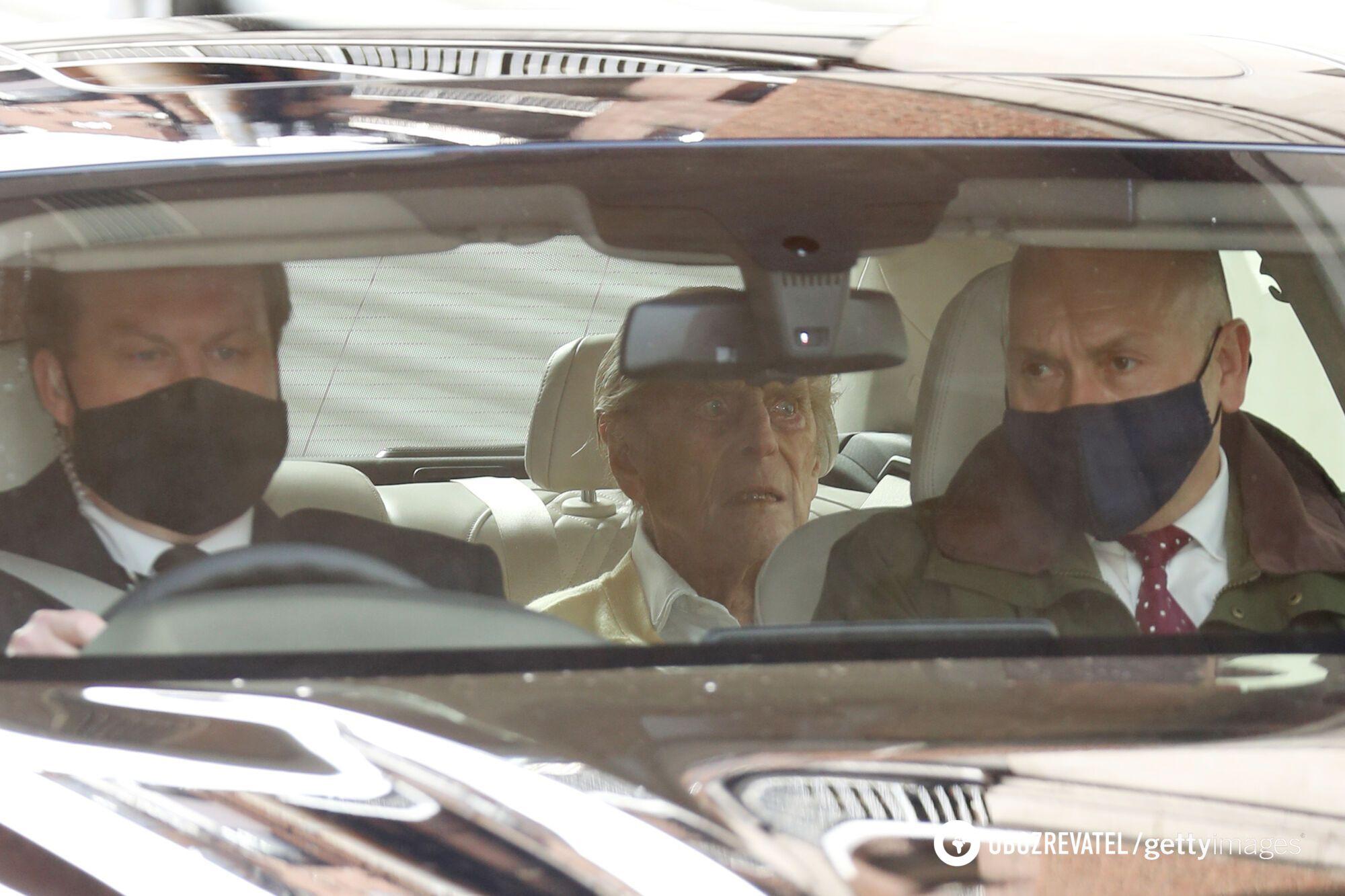 Принц Филипп отправился из больницы в замок