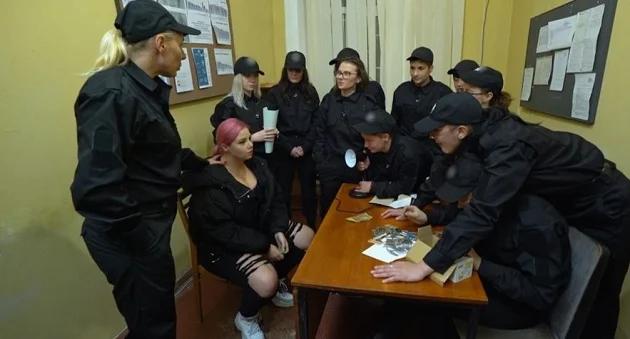 Учениць Школи леді відправили в поліцейський патруль