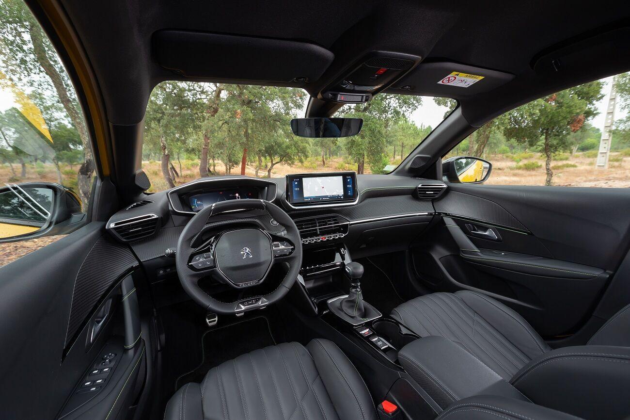 Интерьер новинки Peugeot i-Cockpit включает компактный спортивный руль и высоко поднятые приборы
