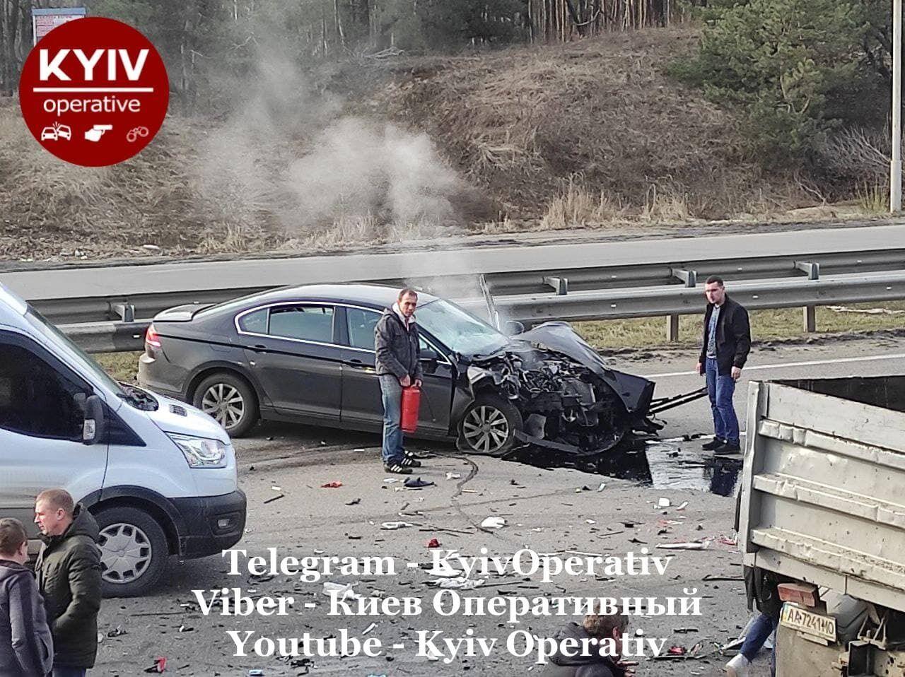 Очевидцы тушили разбитое авто.