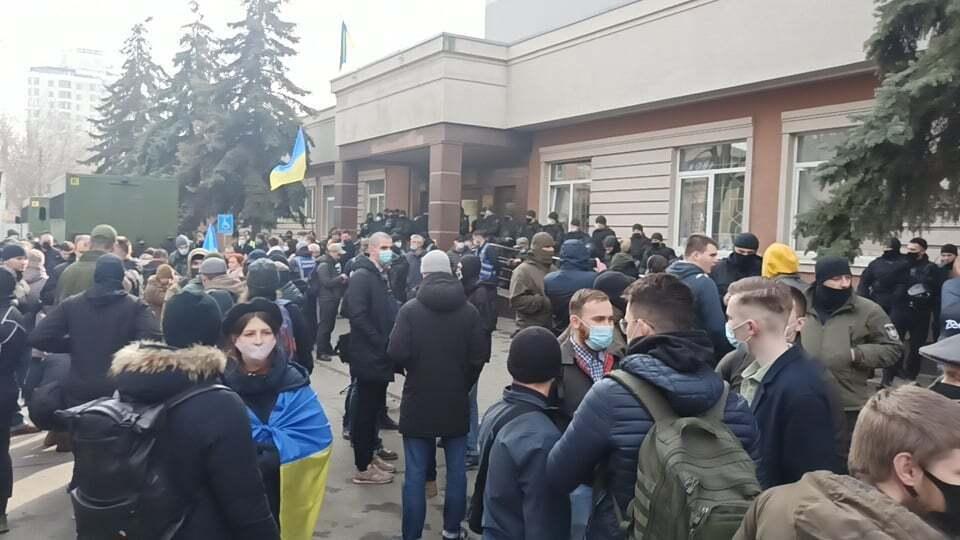 Протест біля будівлі суду.