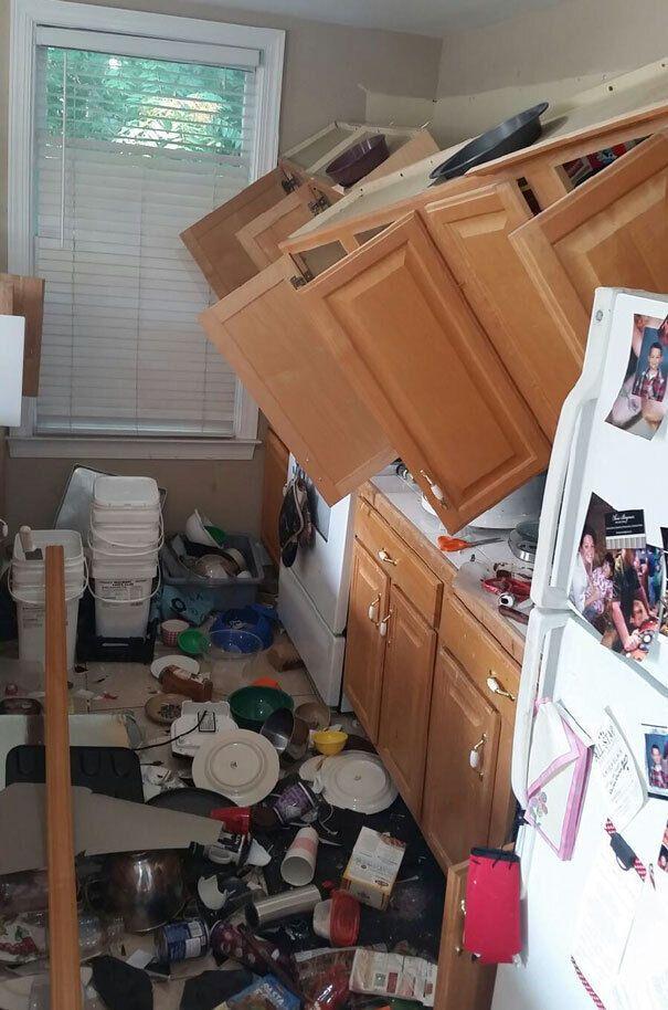 Весь посуд полетів вниз.