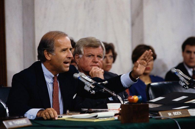 Сенатори Джо Байден і Тед Кеннеді під час слухань, присвячених кандидату в Верховний суд Кларенсу Томасу, 1991 рік