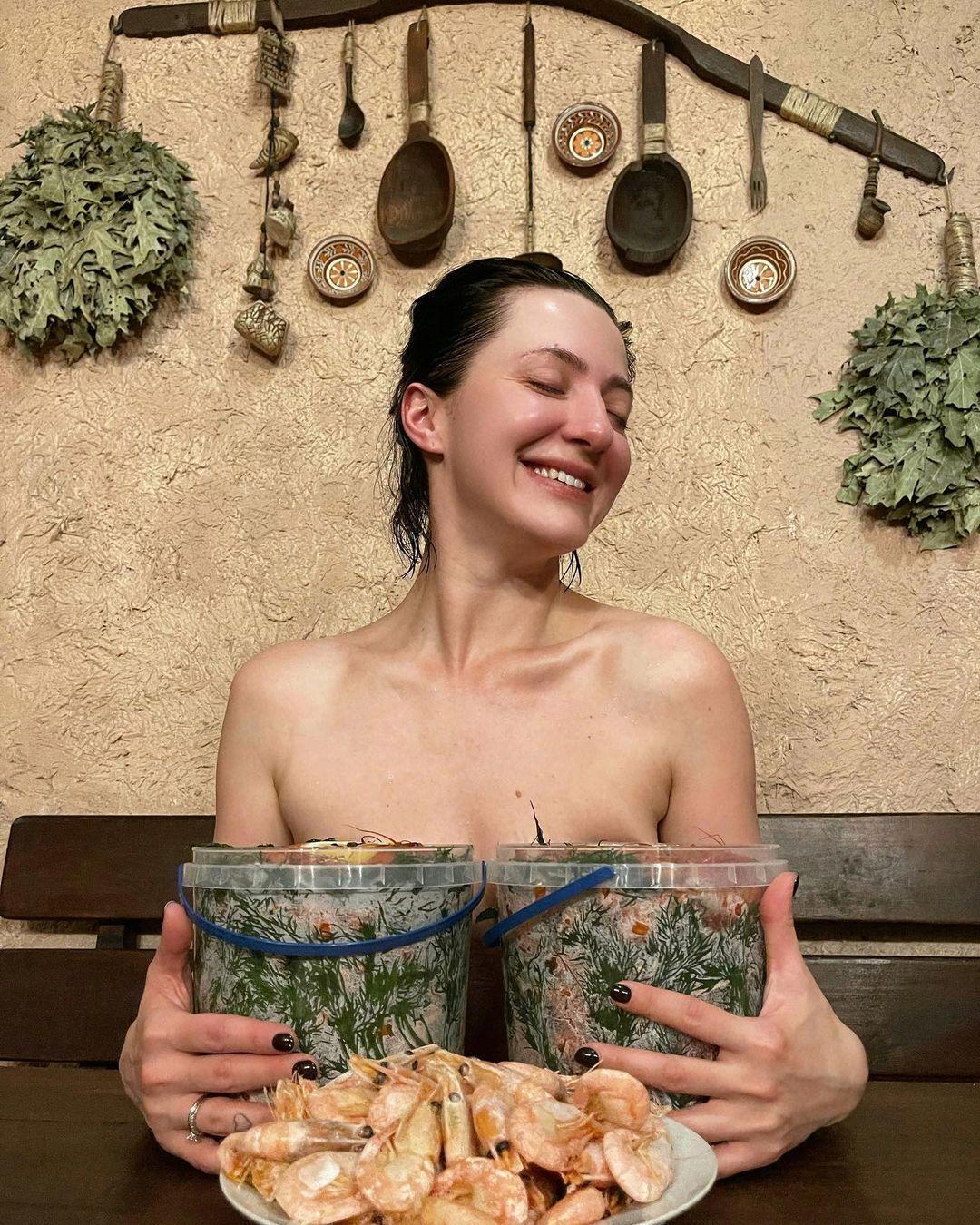 Снежана Бабкина позирует топлес в бане