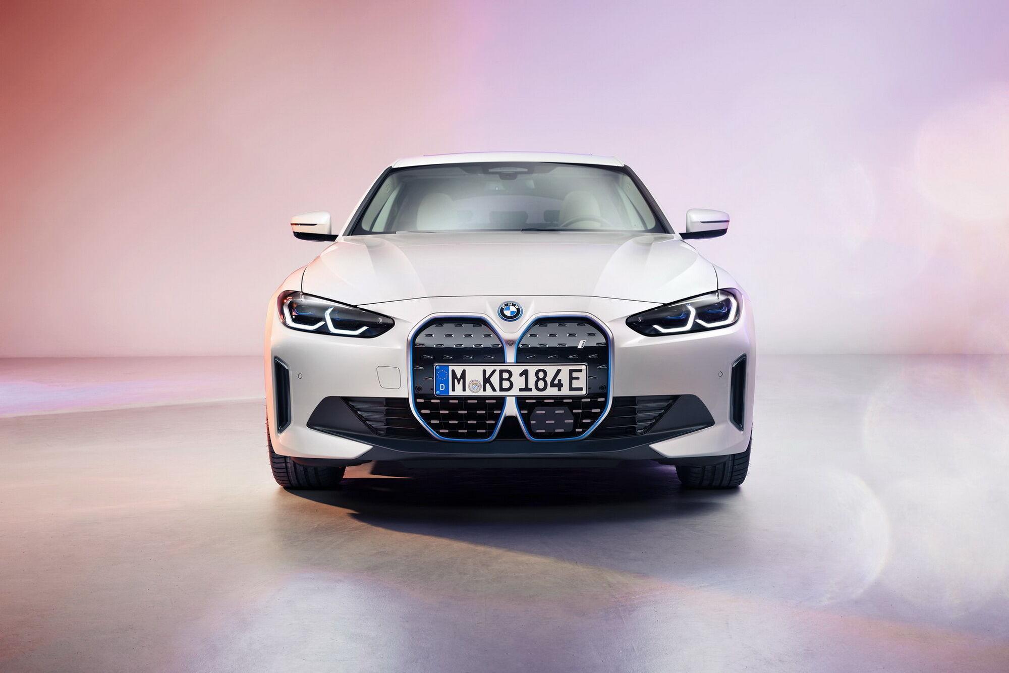 BMW i4 представляет собой полностью электрический спортивный седан с купеобразным кузовом