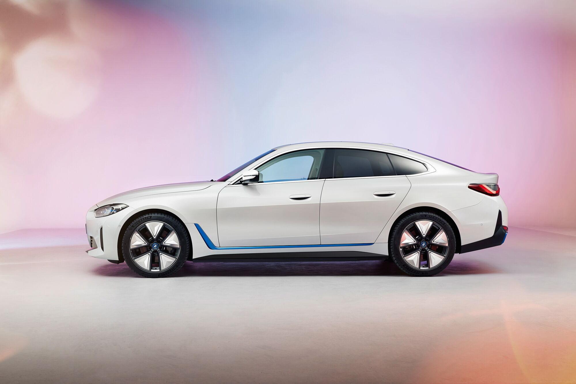 В зависимости от модификации электромобиль сможет преодолевать на одной зарядке аккумулятора от 300 миль (EPA) до 590 км (WLTP)