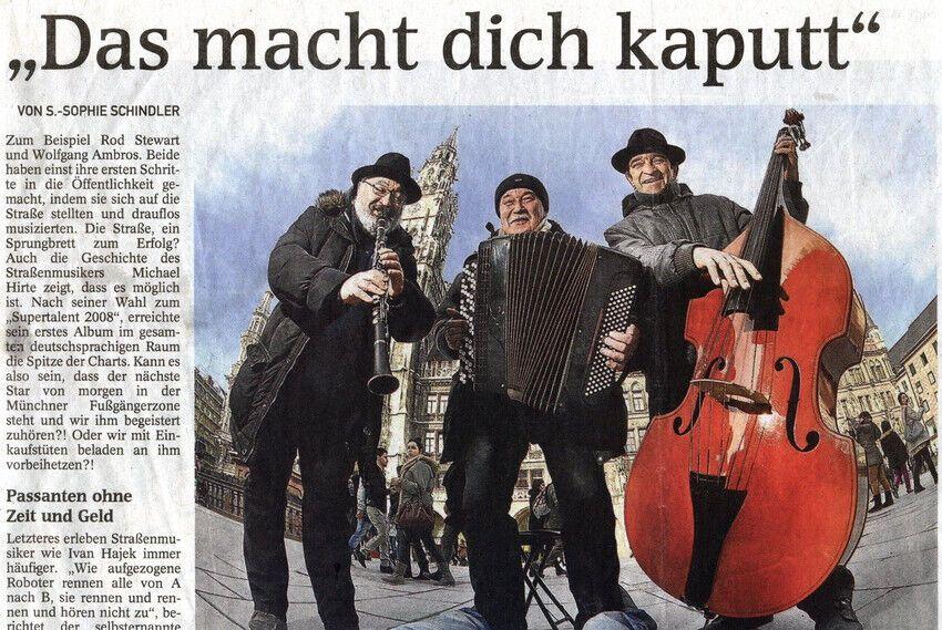 Вуличний музикант Олександр Шамігов часто гастролював за кордоном (на фото він позує з баяном)
