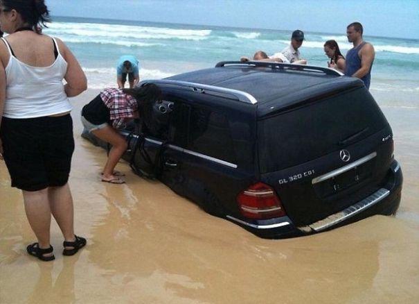 Не варто паркуватися на пляжі.