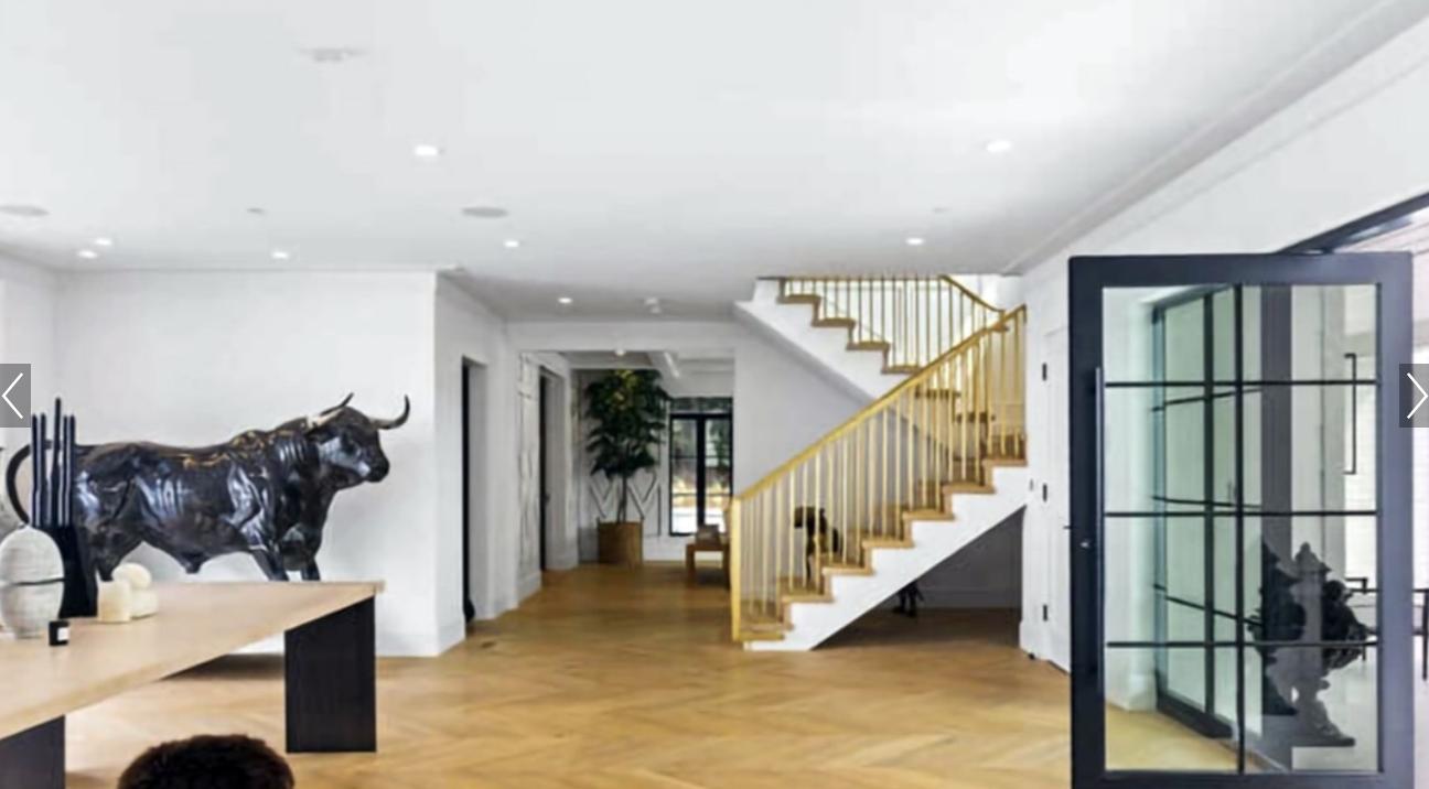 У будинку є навіть величезний чорний бик посеред вітальні