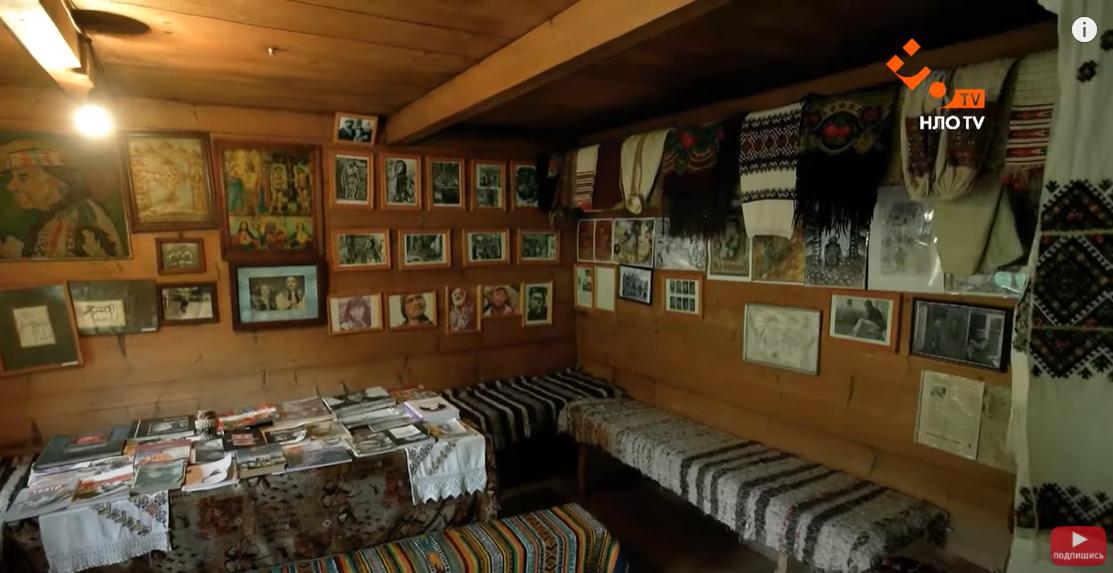 """В доме есть много фотографий процесса создания картины """"Тени забытых предков"""""""