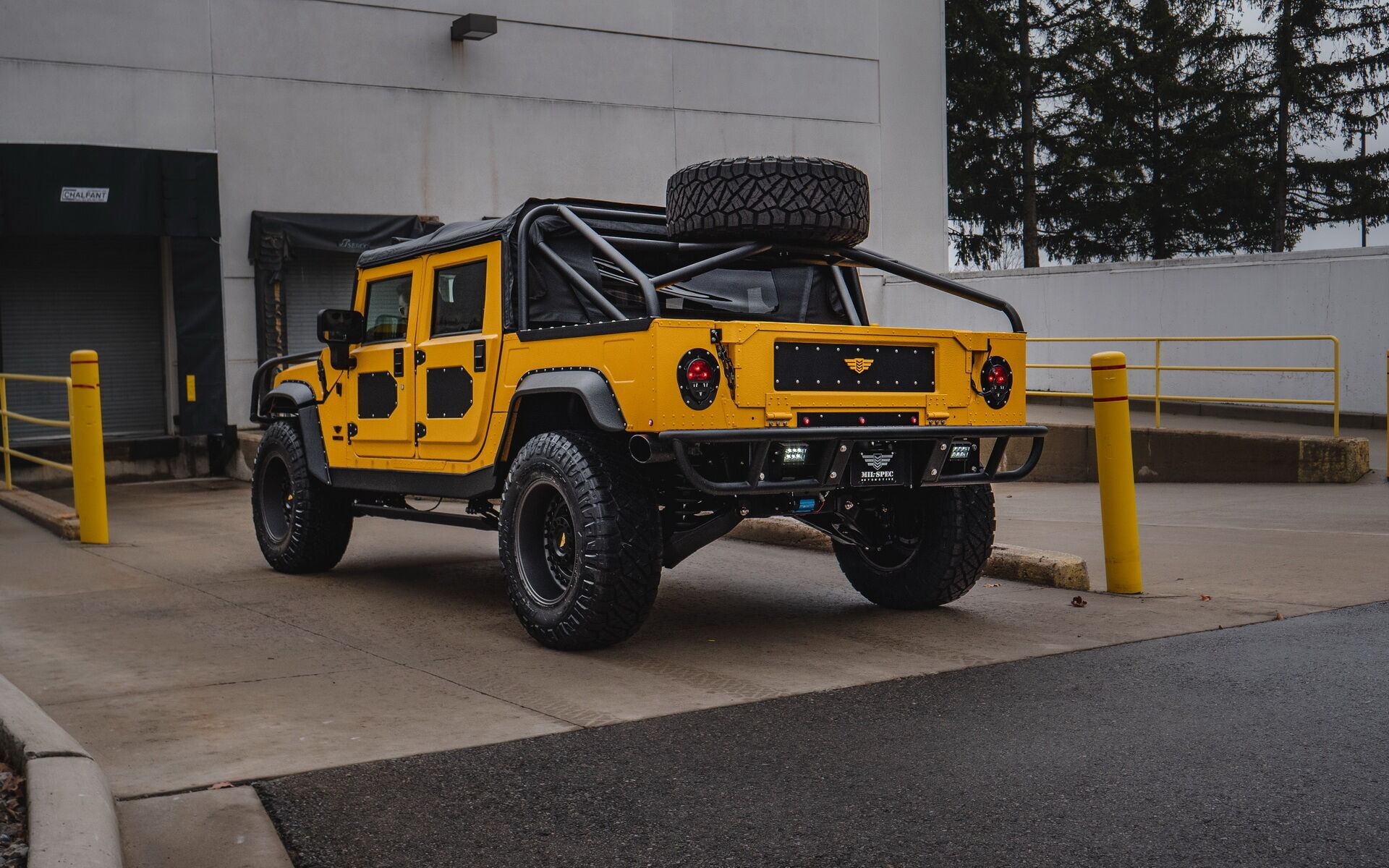 Hummer M1-R Mil-Spec оброблений яскраво-жовтою фарбою