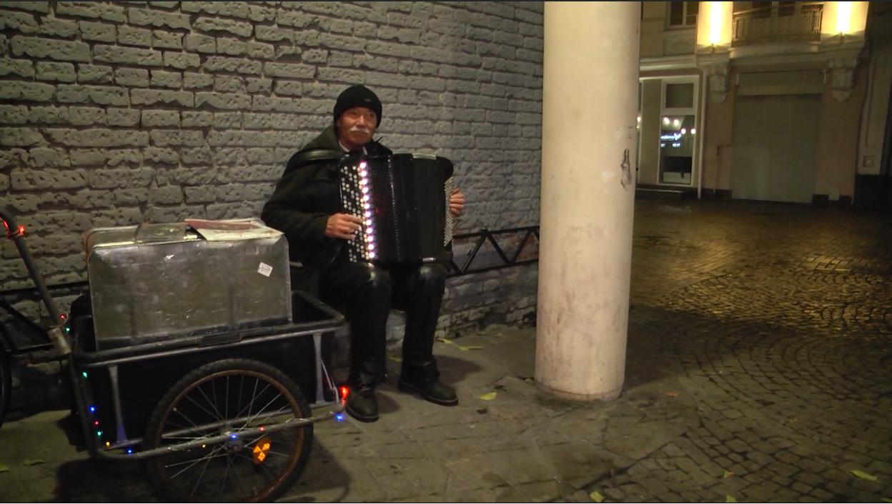 Вуличного музиканта Олександра Шамігова часто можна побачити в центрі Вінниці