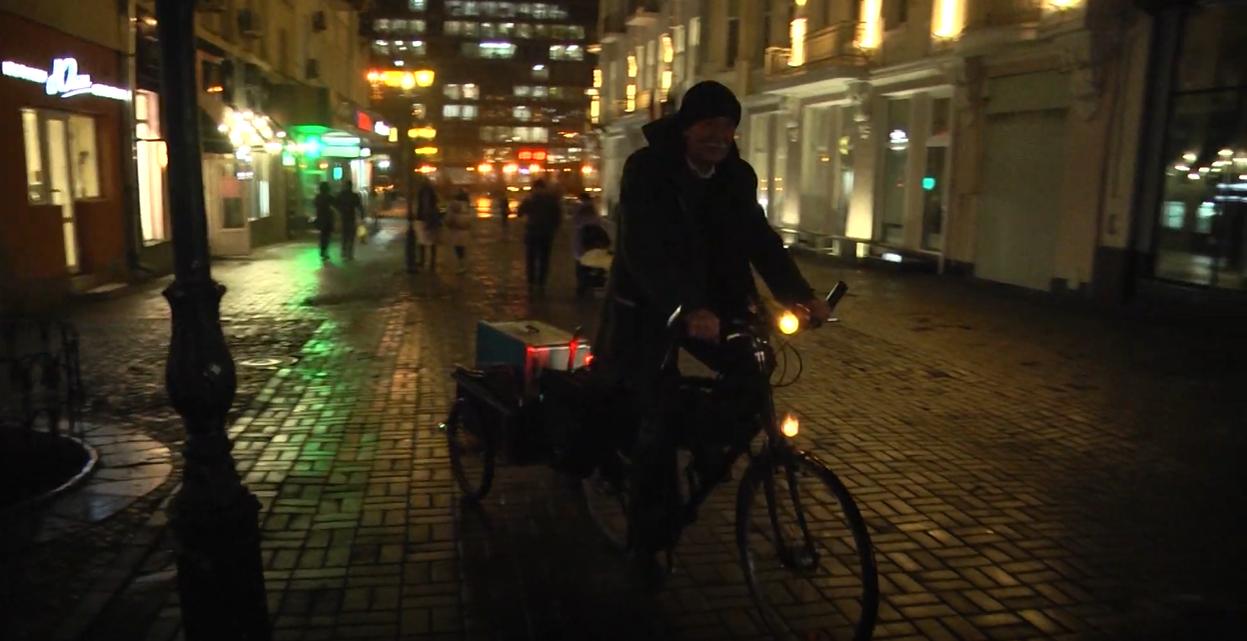 67-річний вуличний музикант Олександр Шамігов пересувається містом на велосипеді