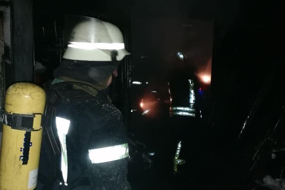 Рятувальники під час гасіння виявили в приміщенні чоловіка.