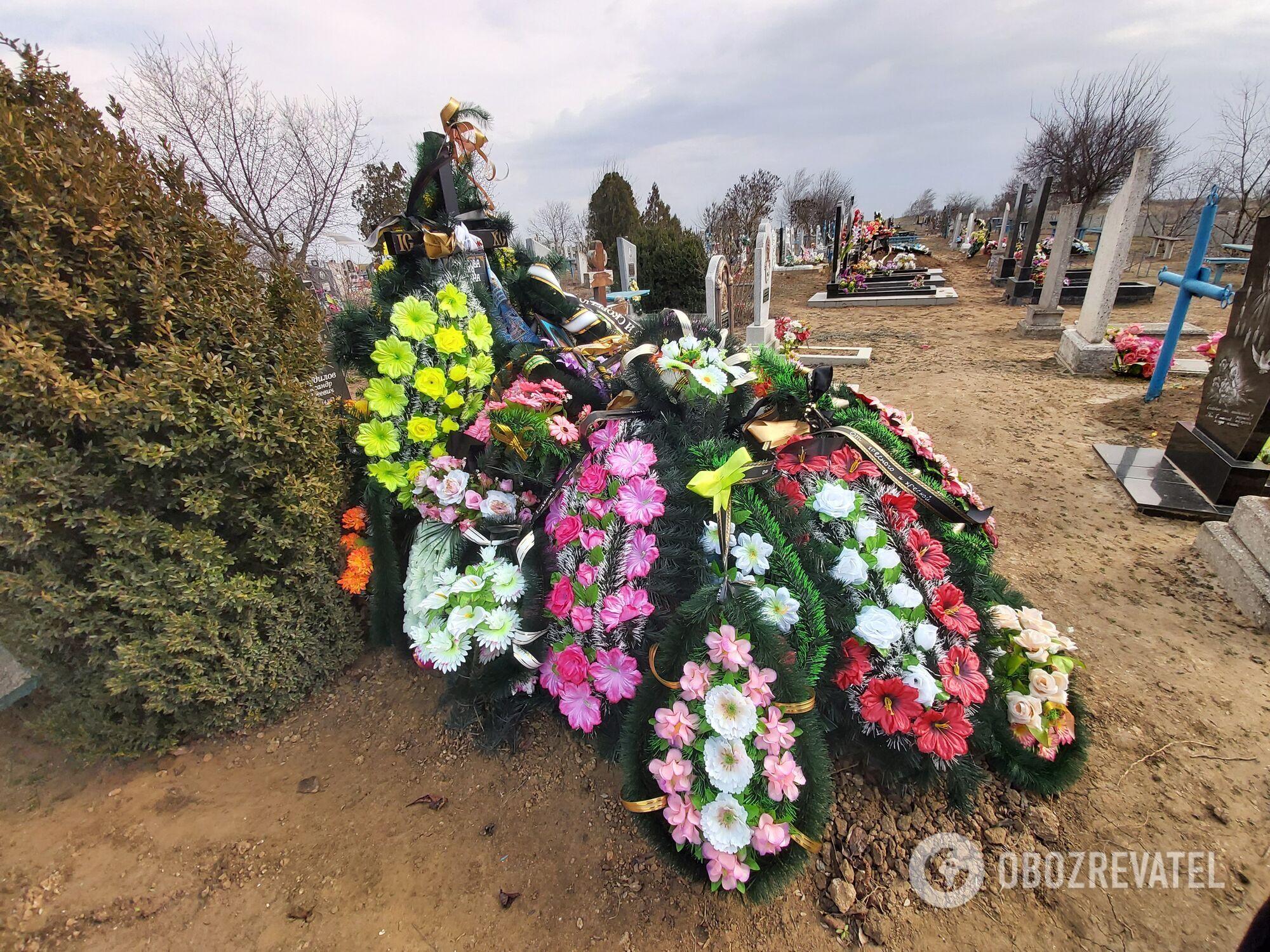 На могилі дівчинки багато вінків, але люди майже не ходять.