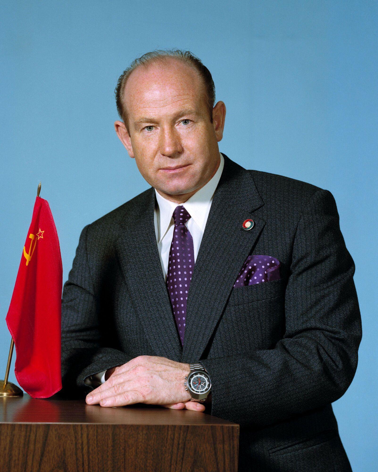 За перший вихід у космос Олексій Леонов 23 отримав звання Героя Радянського Союзу