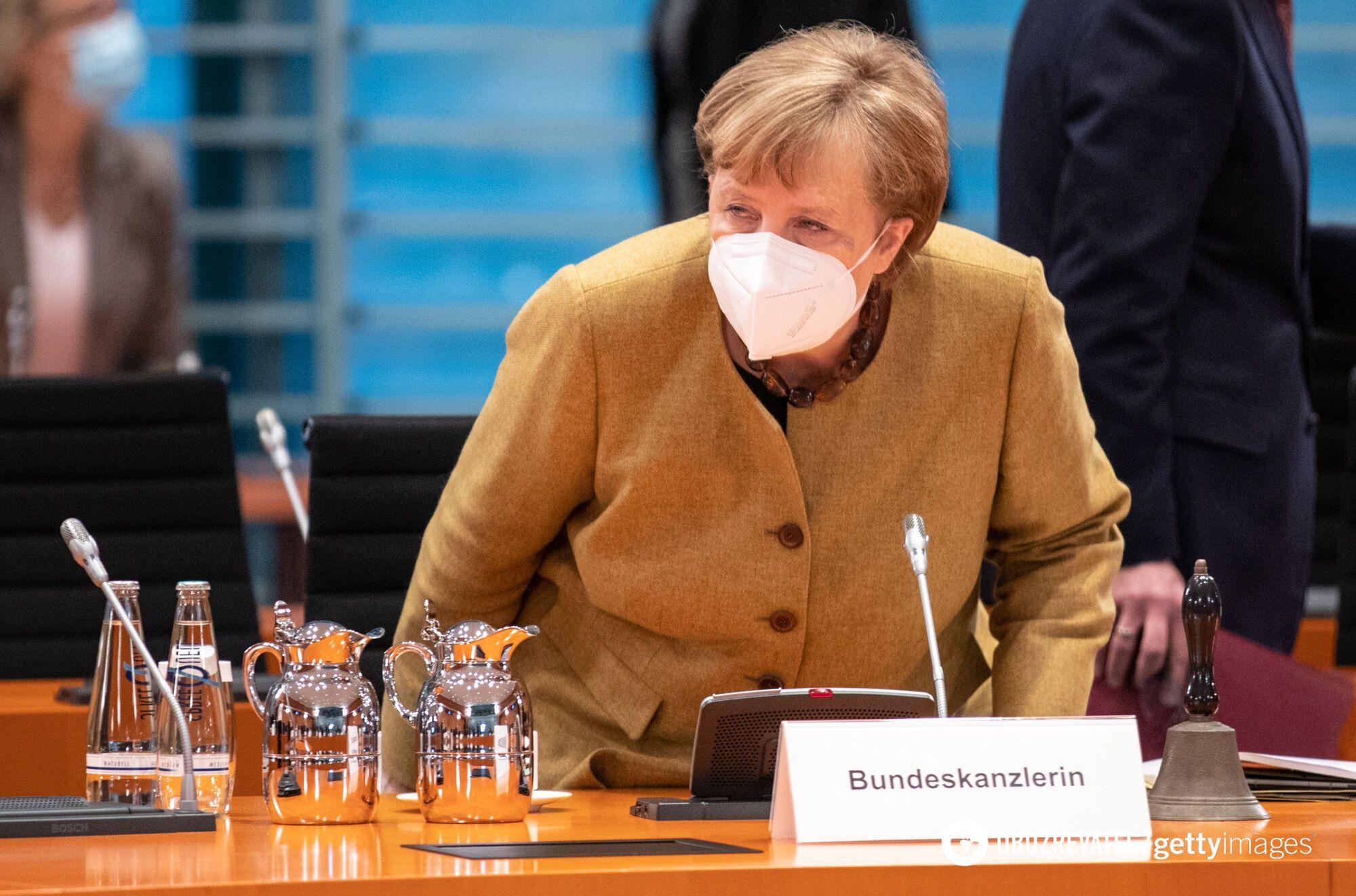 Ангела Меркель появилась в горчичном жакете.