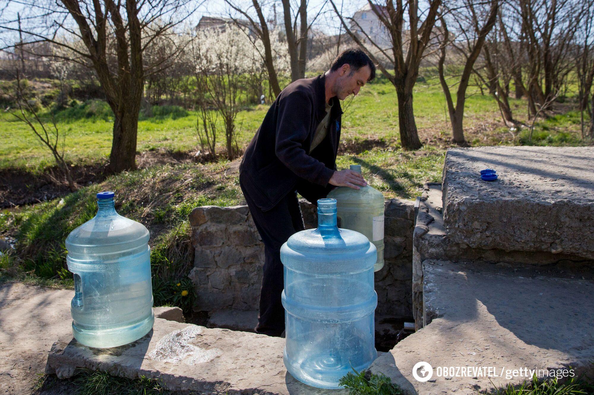 Житель села Курци під Сімферополем набирає воду з джерела – Сімферопольське водосховище опускається через висихання малих річок