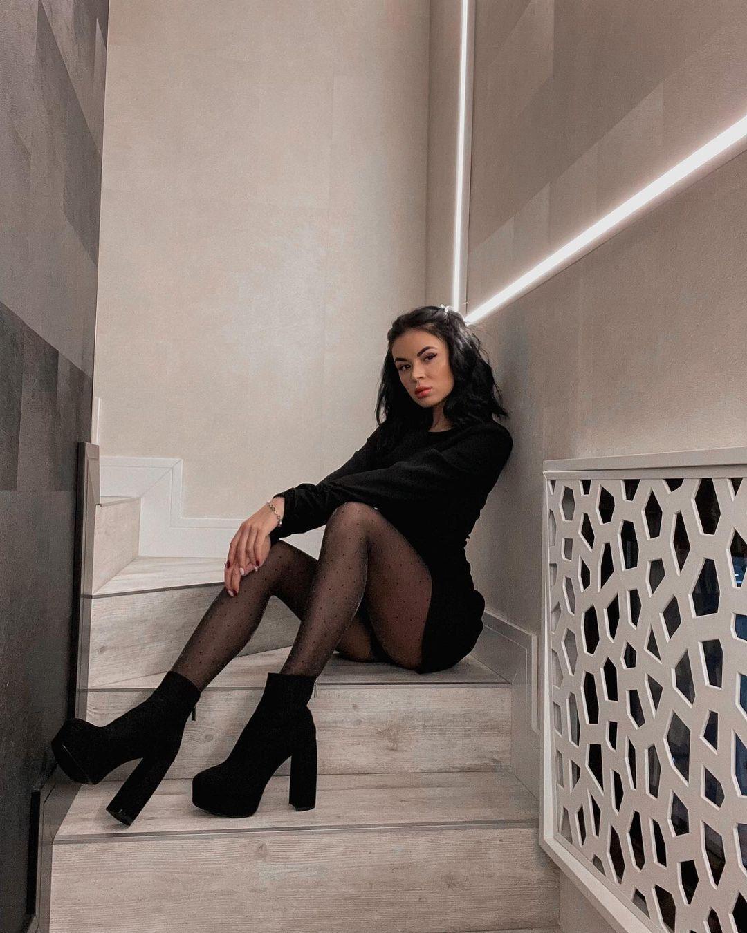 Анастасия Томазова в черном