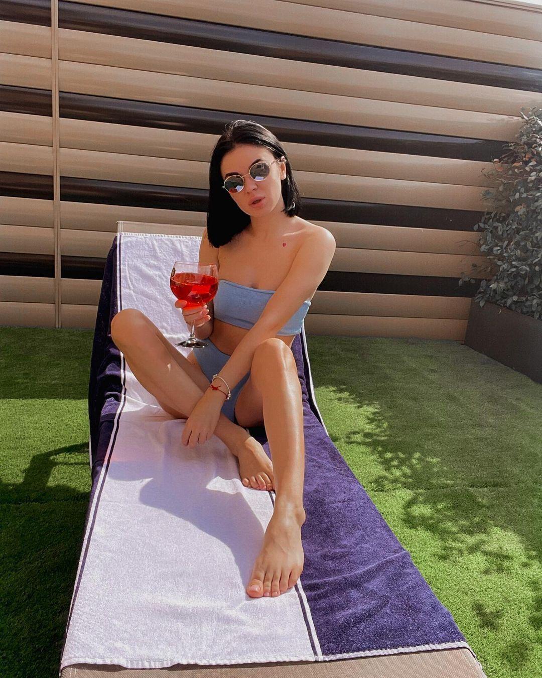 Анастасия Томазова принимает солнечные ванны