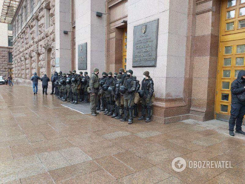 Перед зданием КГГА много правоохранителей.