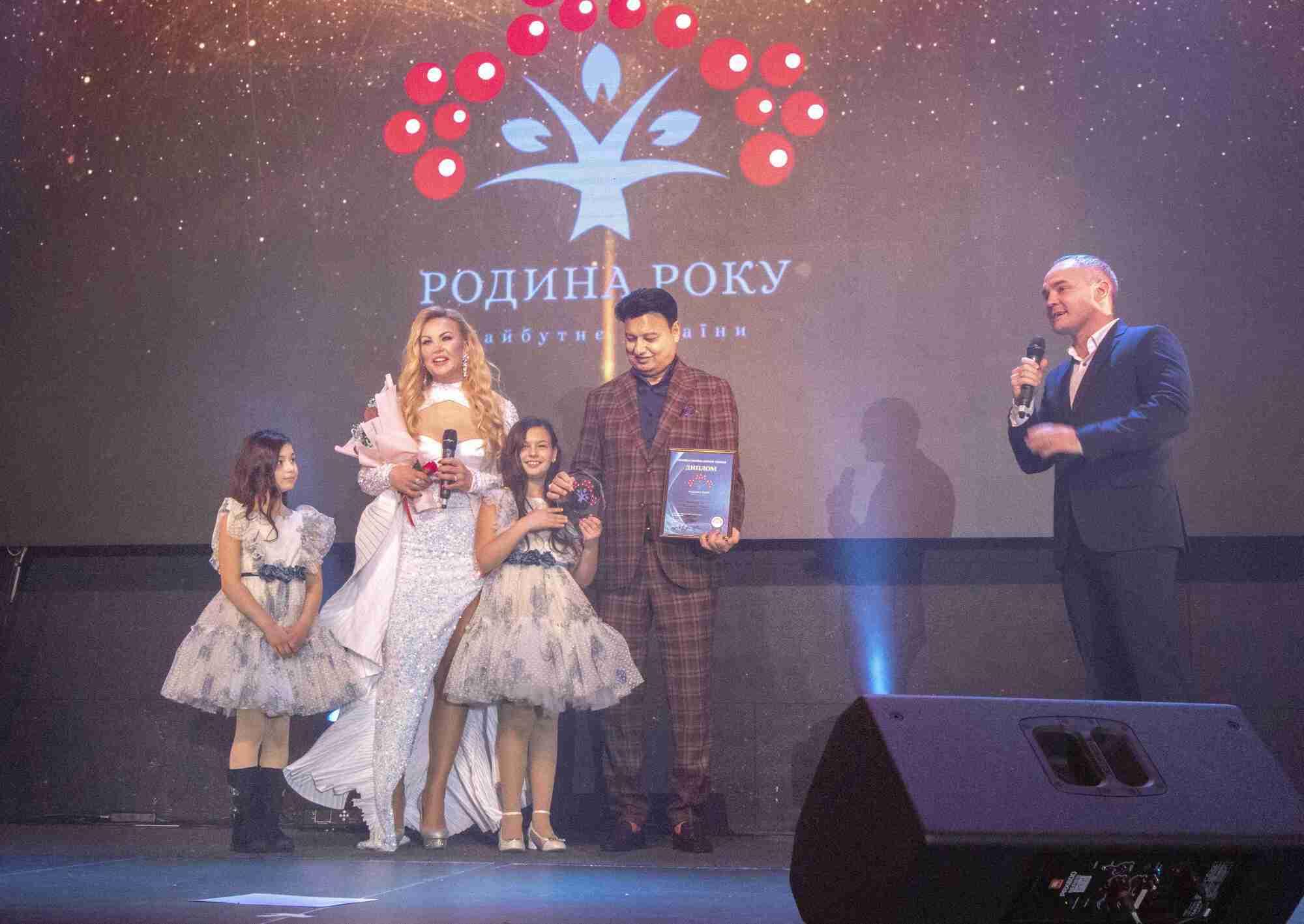 """Сім'я Захур отримала титул """"Родина року"""" від однойменної премії та нагороду на сцені забрала """"повним складом"""""""
