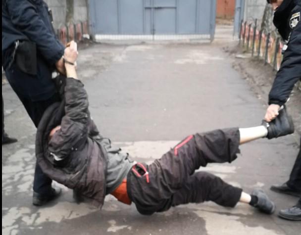 Поліцейські знущалися з чоловіка.