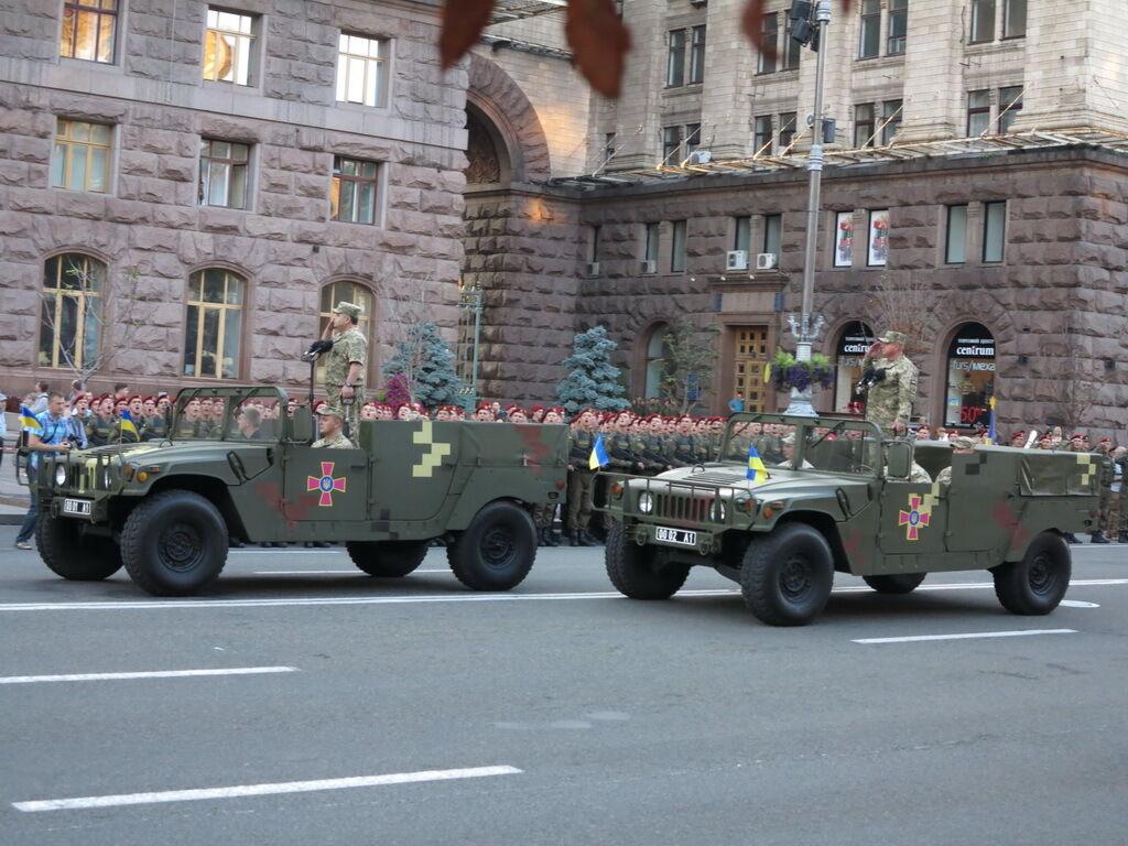 Високомобільний багатоцільовий колісний транспортний засіб HMMVEE на параді в Києві