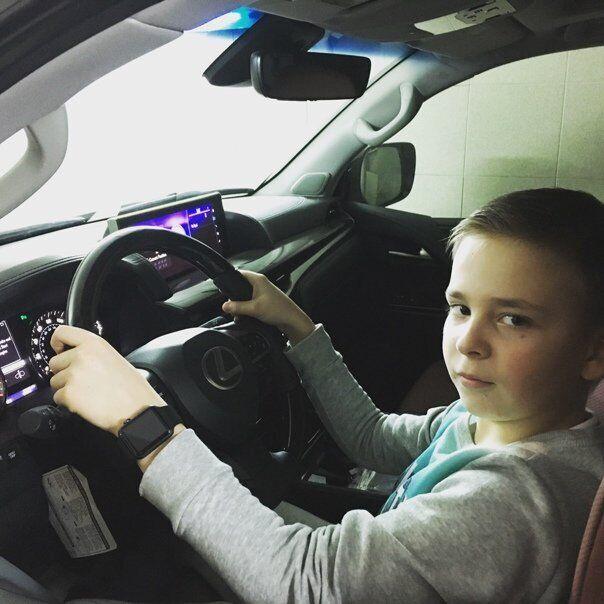 Детское фото Романа за рулем автомобиля