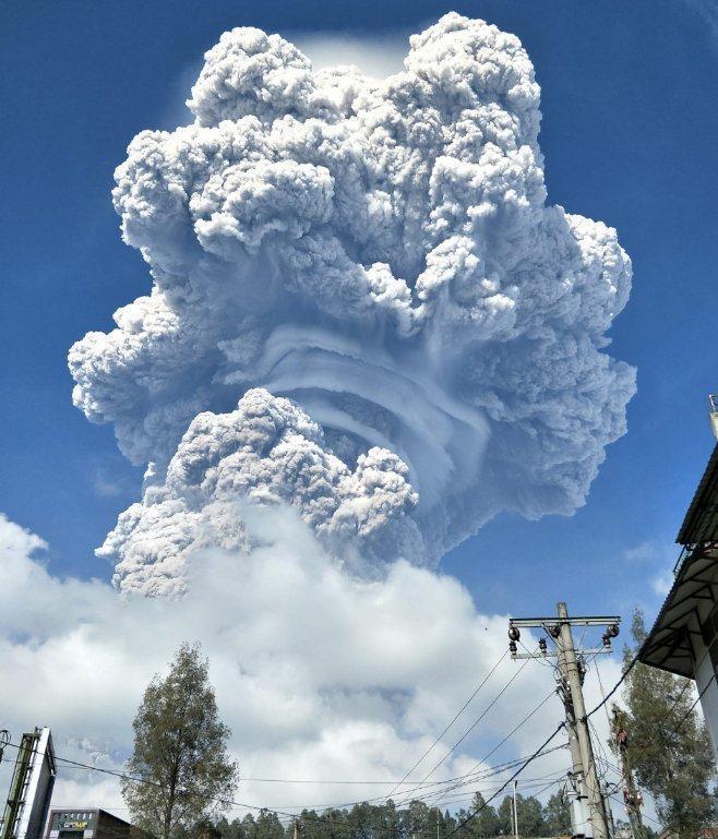 Вулкан Синабунг викинув хмару попелу.