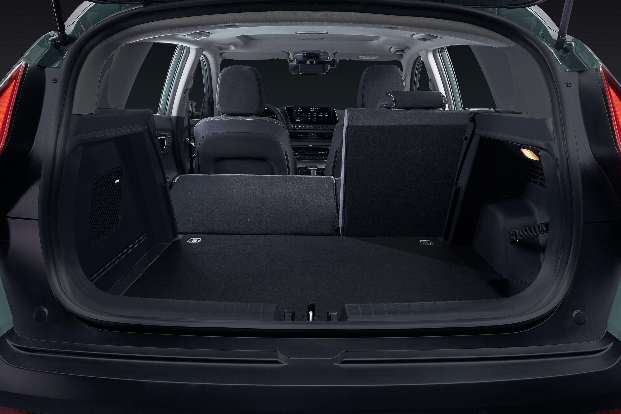 Автомобиль получил вместительный багажник, размеры которого можно увеличить, если сложить частично или полностью спинку заднего дивана.