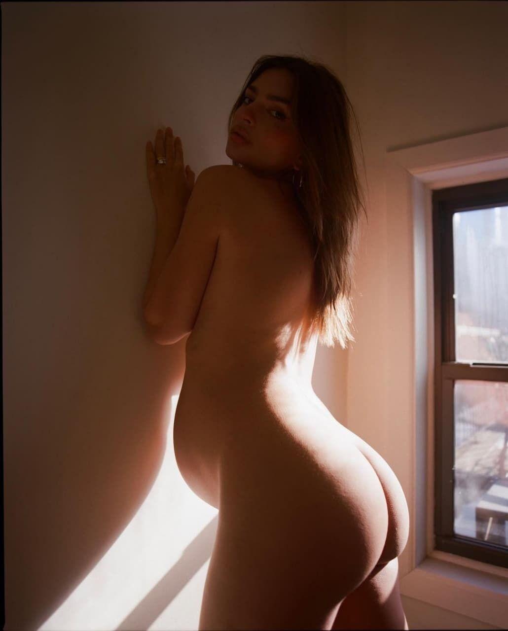 Эмили Ратаковски позирует без одежды