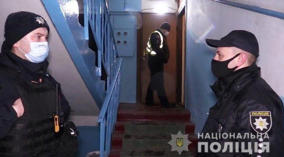 Поліцейські біля квартири, де сталося вбивство