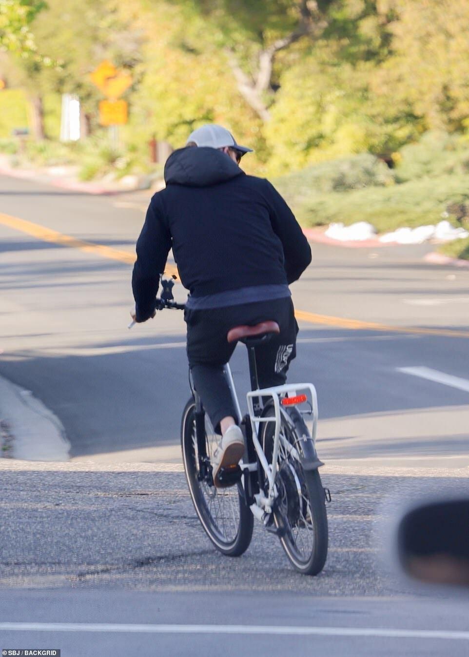 Папарацци застали принца Гарри во время велопрогулки в городке Монтесито в Калифорнии