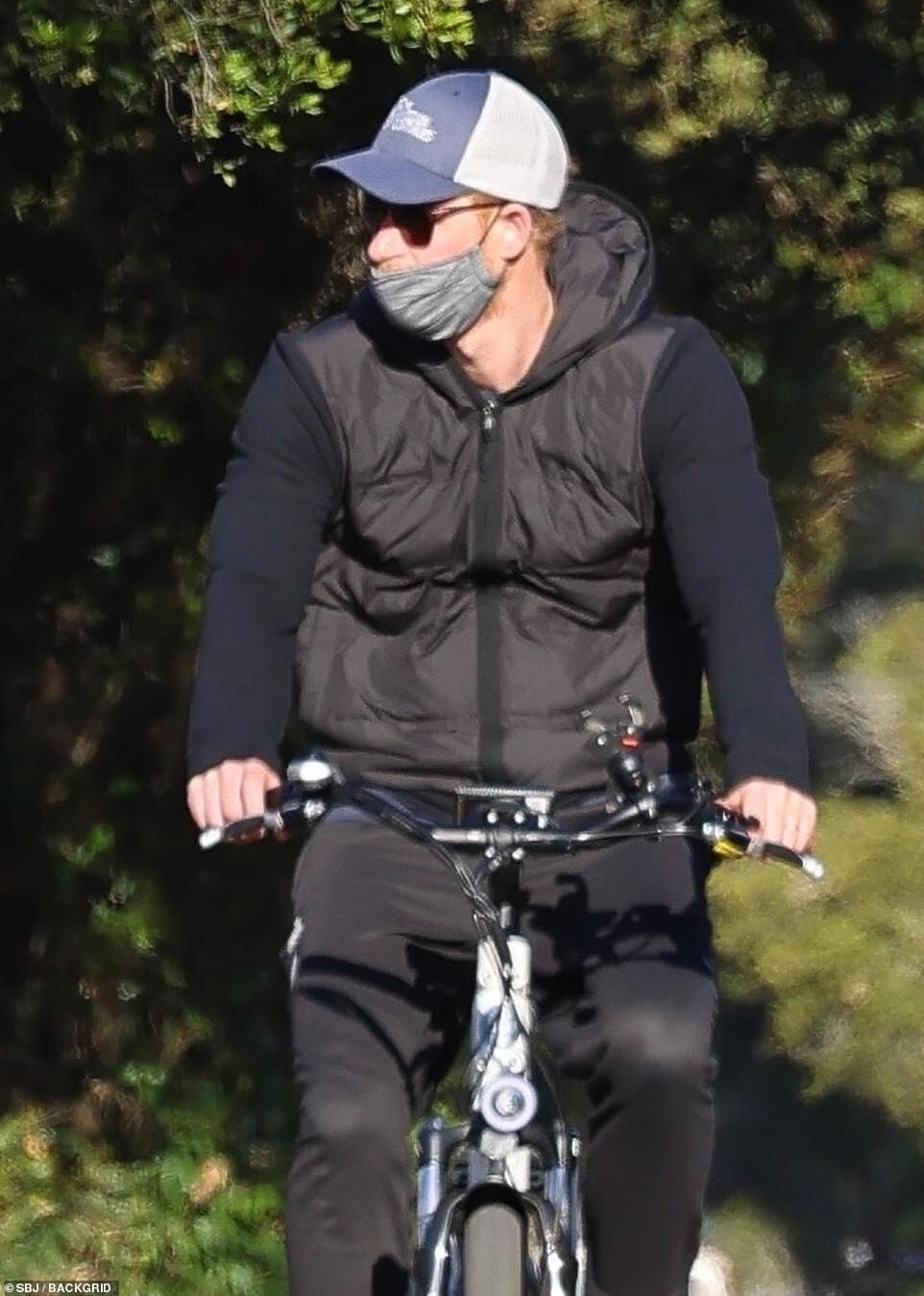 Для прогулки на велосипеде принц Гарри выбрал довольно скромный наряд