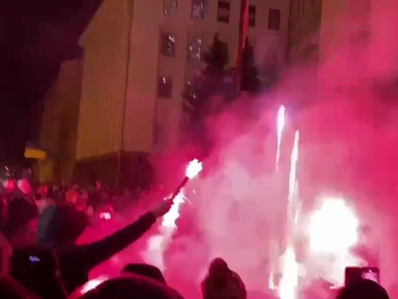 Прихильники Стерненка запалили фаєри.