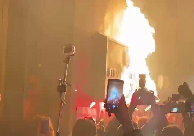 Учасники протесту намагаються підпалити табличку Офісу президента.
