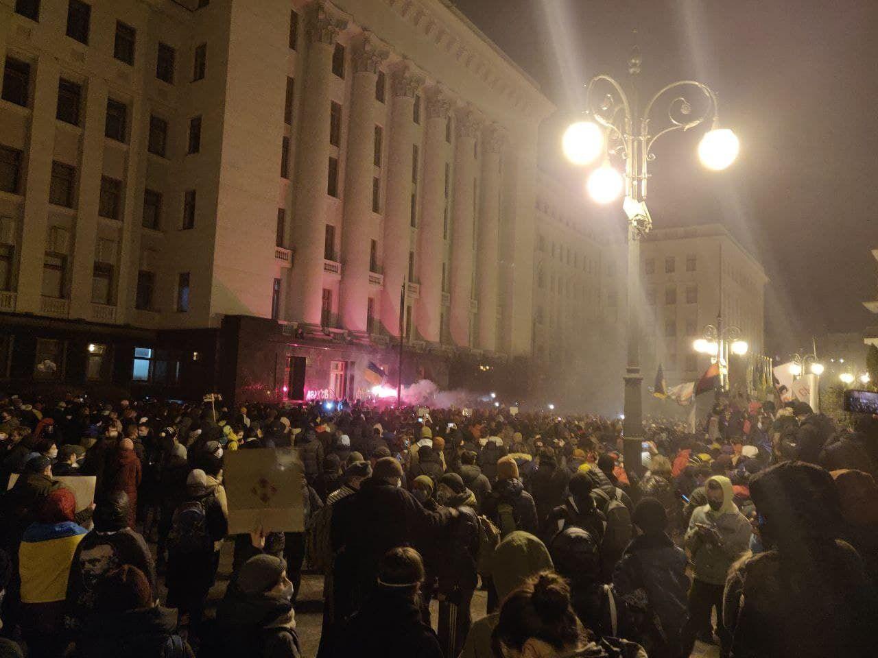 Учасники протесту запалили фаєри