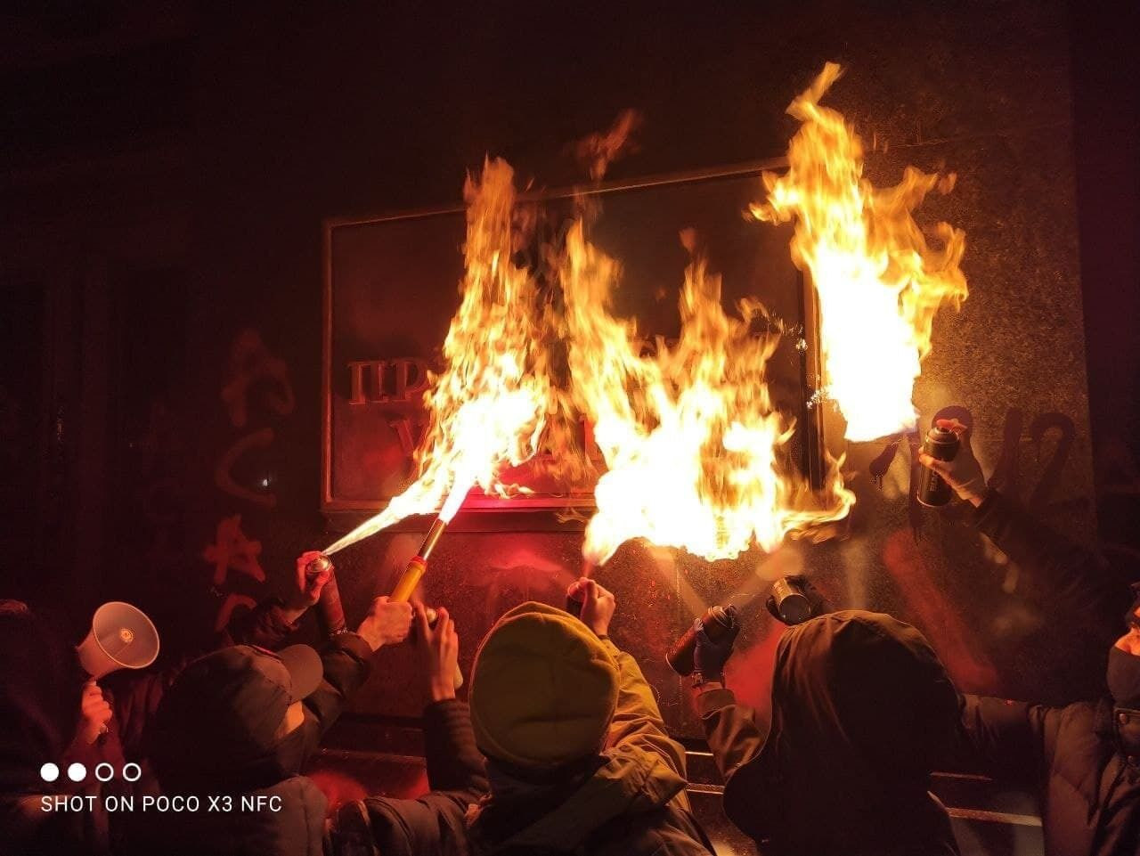 Сторонники Стерненко обожгли табличку на здании ОП.