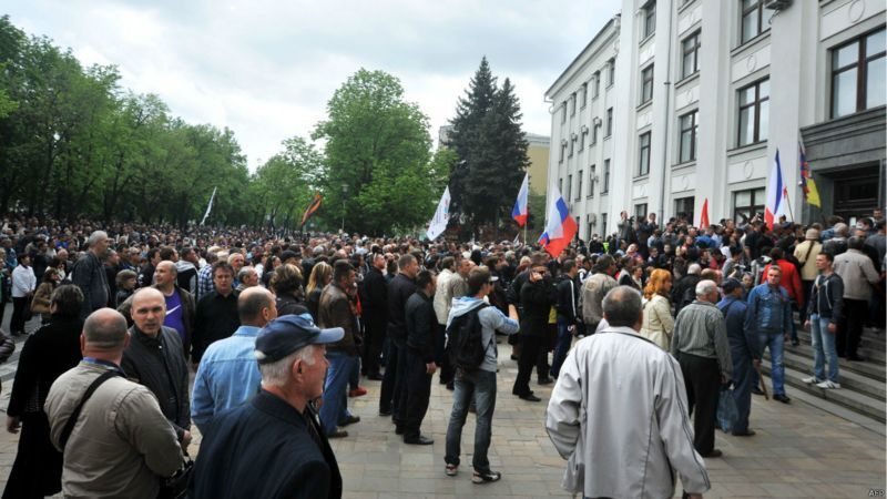 Агресивні сепаратисти підтяглися до будівлі Луганської ОДА