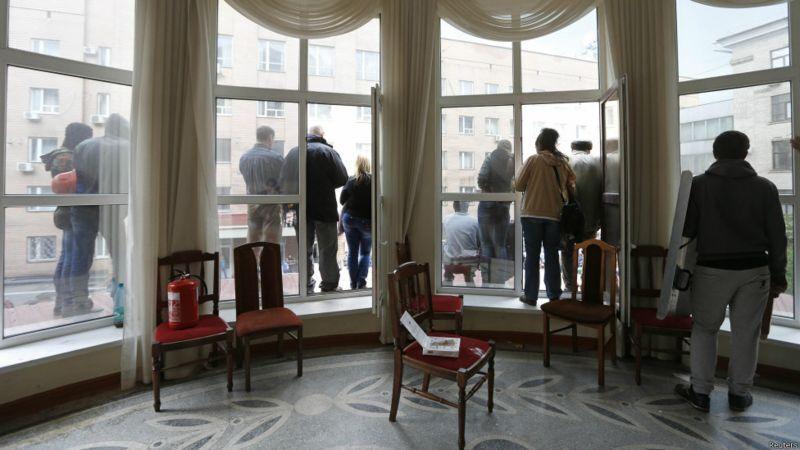 Згодом у захопленій будівлі Луганської ОДА терористи влаштували в'язницю