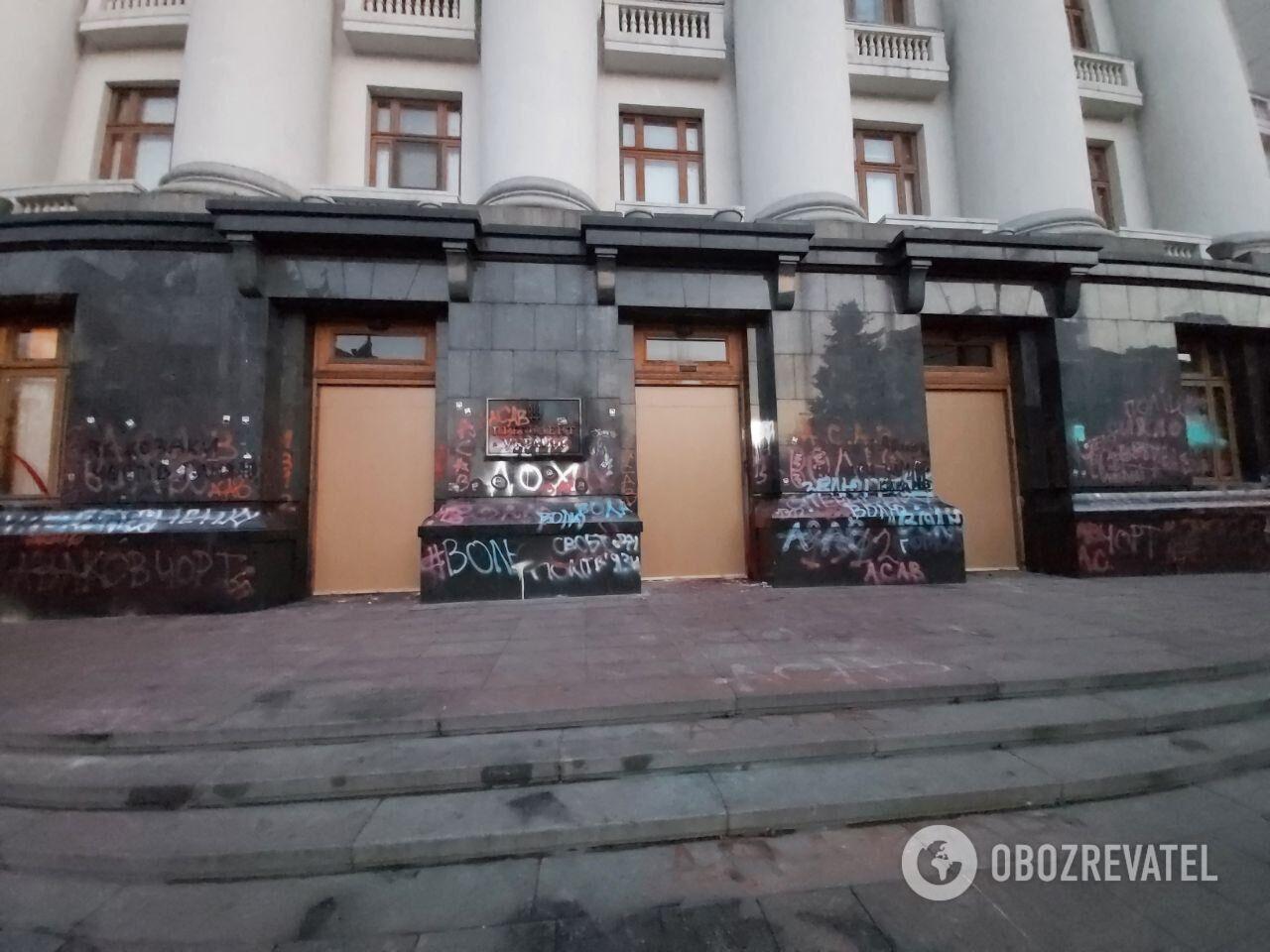 Вход в здание Офиса президента забит фанерой