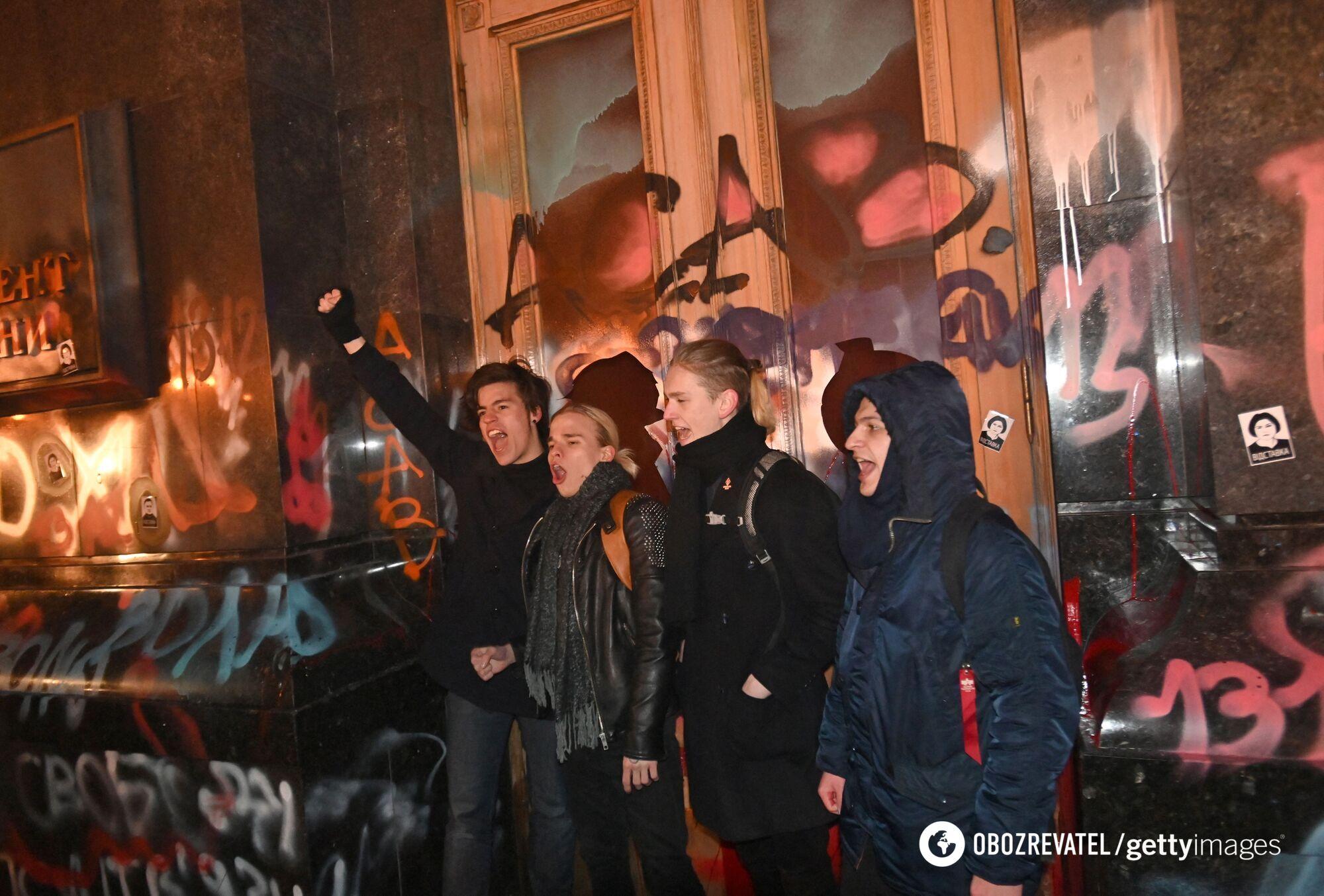 Учасники акції із задоволенням позували на фоні спотворених фасадів ОПУ