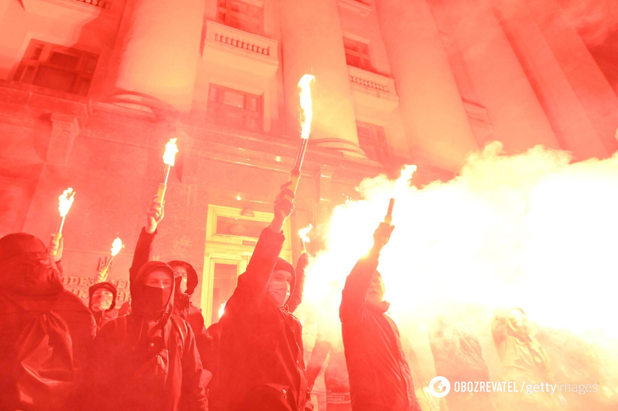 Учасники акції на Банковій палили фаєри.