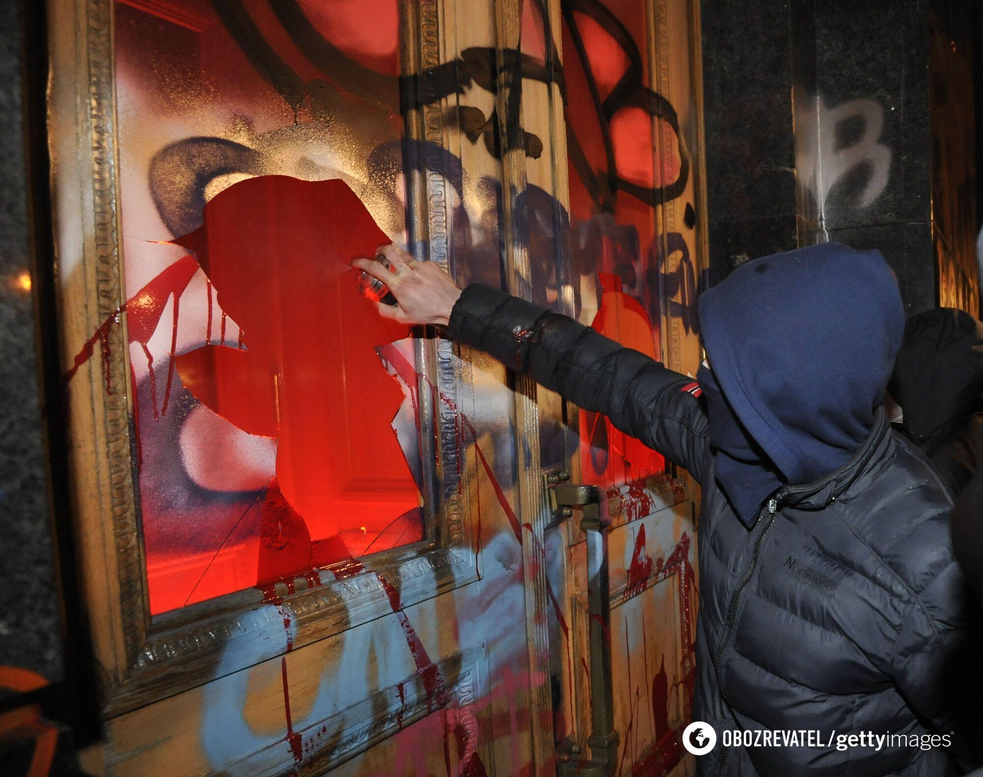 Протестувальники обливали будівлю червоною фарбою