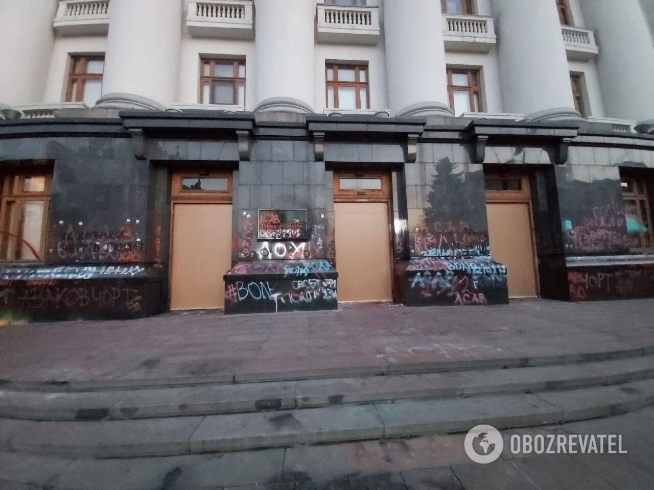 Поврежденные двери Офиса президента демонтировали коммунальщики