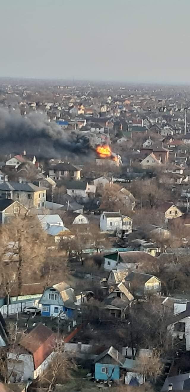 Пламя охватило крупный частный дом