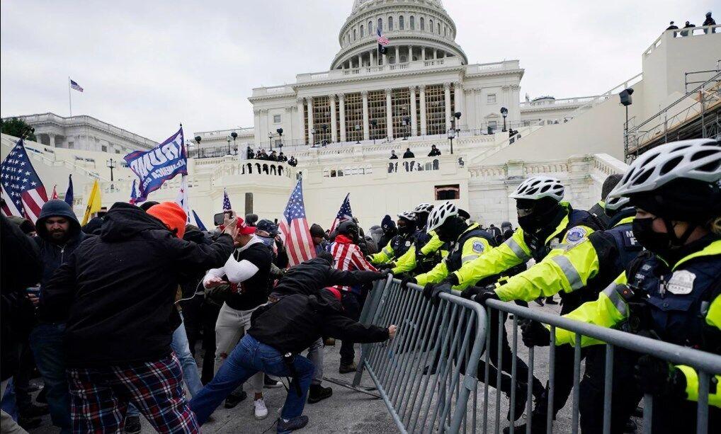 Прихильники Трампа прорвали загородження і вступили в зіткнення з правоохоронцями