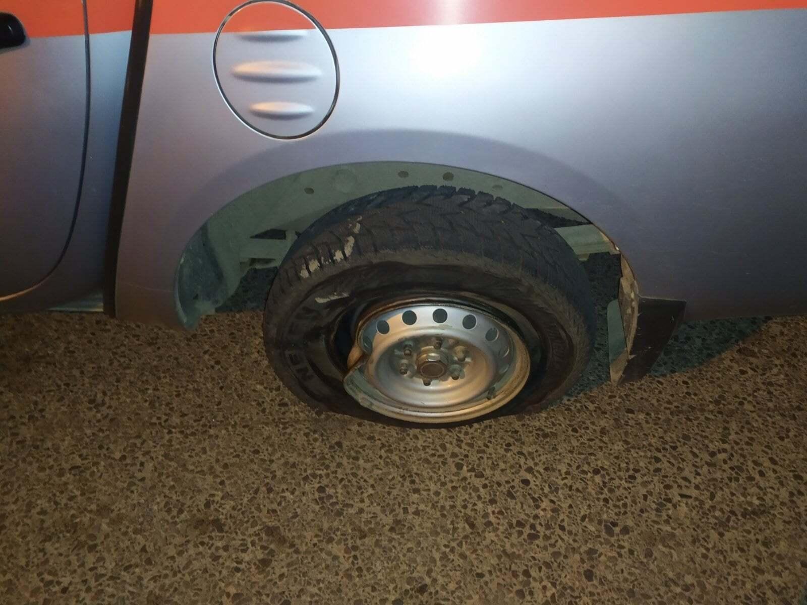 Пошкоджене колесо авто рятівників